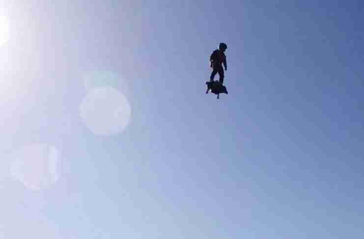 Επιτέλους, κάποιος ανακάλυψε ένα hoverboard που πετάει πραγματικά!