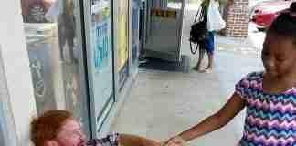 Ένα παιδί είδε έναν άνδρα να κλαίει στο δρόμο. Αυτό που έκανε στη συνέχεια θα σας πείσει ότι υπάρχει ελπίδα για την ανθρωπότητα