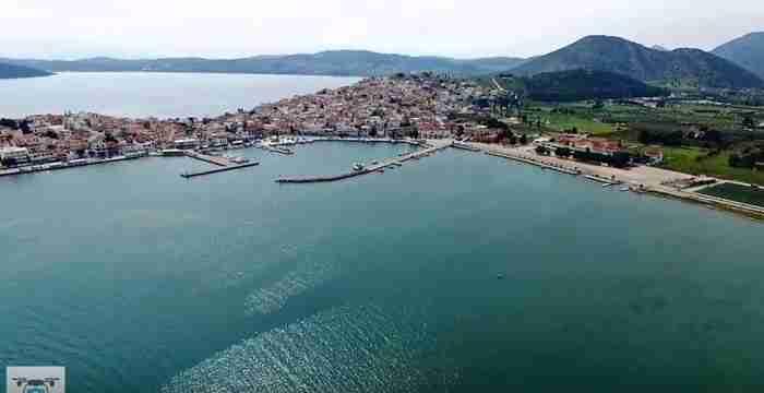"""Η πανέμορφη πόλη-νησί που κάποιοι αποκαλούν """"Μονακό της Ελλάδας"""" και κάποιοι """"Ελληνική Ριβιέρα"""""""