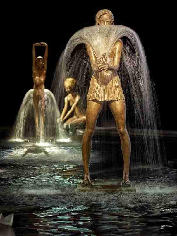 Χαλκός και νερό γίνονται ένα: Καλλιτέχνης δημιουργεί γλυπτά-συντριβάνια που σε γεμίζουν συναισθήματα