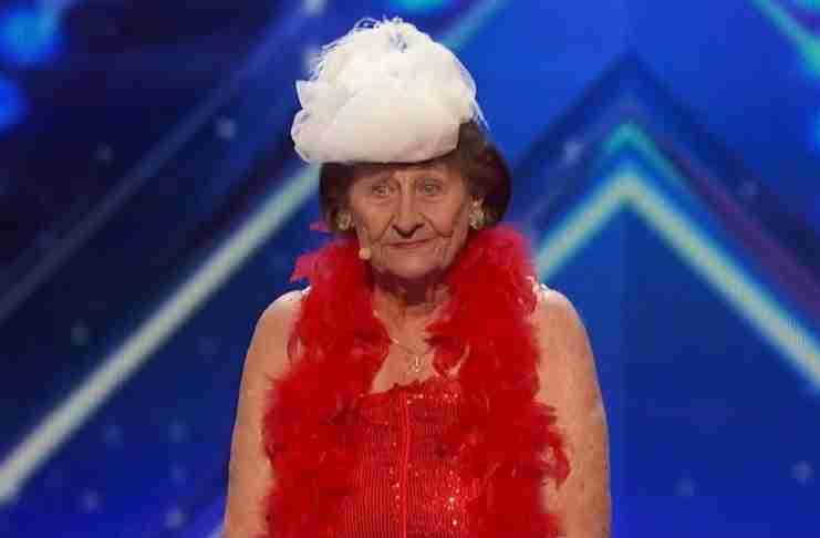 Μια 90χρονη γυναίκα ανεβαίνει στη σκηνή και δίνει την παράσταση της ζωής της!