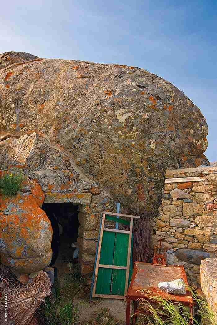Το νησί των Κυκλάδων με τους χιλιάδες μυστηριώδεις γρανιτένιους ογκόλιθους. Σεληνιακό τοπίο γεμάτο θρύλους και δοξασίες