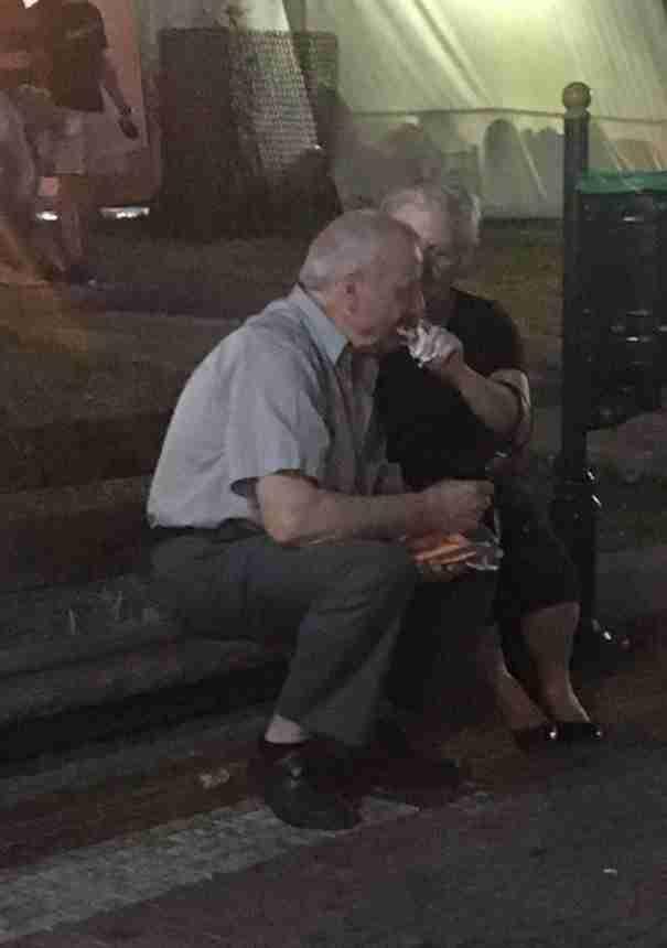 Αγάπη είναι οι ηλικιωμένοι που τάιζαν ο ένας τον άλλο παγωτό ξυλάκι σε ένα παγκάκι στο Γέρακα