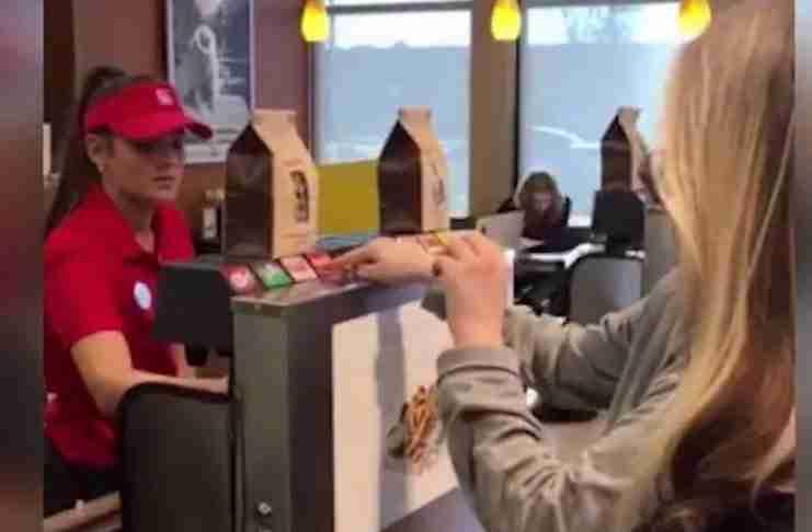 Όταν μια κωφή γυναίκα μπήκε σε ένα εστιατόριο την περίμενε μια έκπληξη. Δείτε το βίντεο που έγινε viral για τον σωστό λόγο!