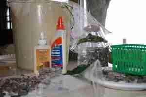 Δείτε πως θα φτιάξετε ένα υπέροχο Νεράιδόσπιτο από βότσαλα και πλαστικά μπουκάλια!