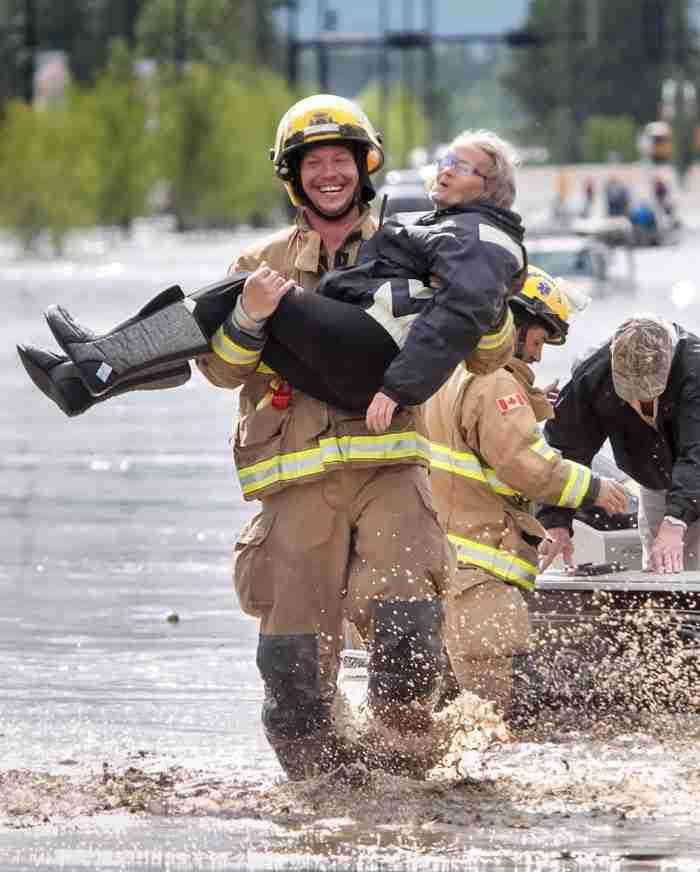 Ο λόγος που αυτός ο πυροσβέστης χαμογελάει τόσο πλατιά θα σας φτιάξει τη μέρα!