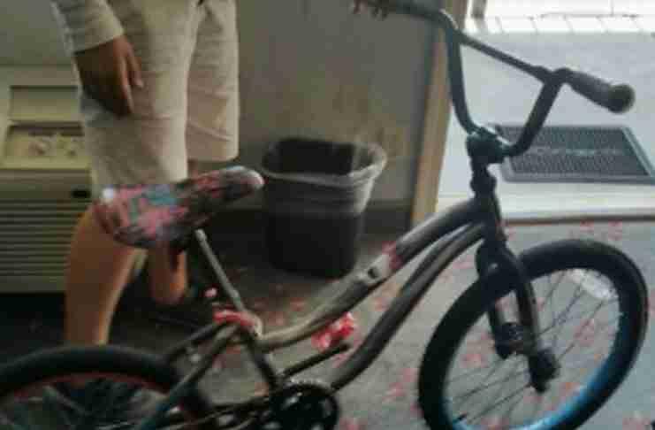 Αποφασισμένος άστεγος διένυσε μια απόσταση 6 ωρών με το ποδήλατο του και κοιμήθηκε σε τέντα για να γίνει γιατρός