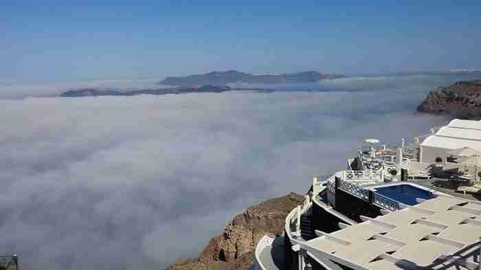 Απίστευτες φωτογραφίες: Κάτι πολύ παράξενο συνέβη σήμερα με τα σύννεφα στη Σαντορίνη