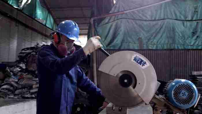 Ο άντρας που φτιάχνει σπίτια για τους άστεγους ανακυκλώνοντας πλαστικά σκουπίδια