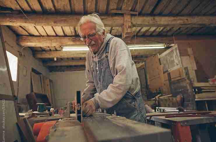 Ένας ηλικιωμένος ξυλουργός πριν συνταξιοδοτηθεί, ανέλαβε μια τελευταία δουλειά. Όταν τελείωσε τον περίμενε μια έκπληξη