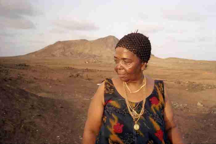 Σεζάρια Εβόρα: Η ξυπόλυτη τραγουδίστρια της εξωτικής θλίψης