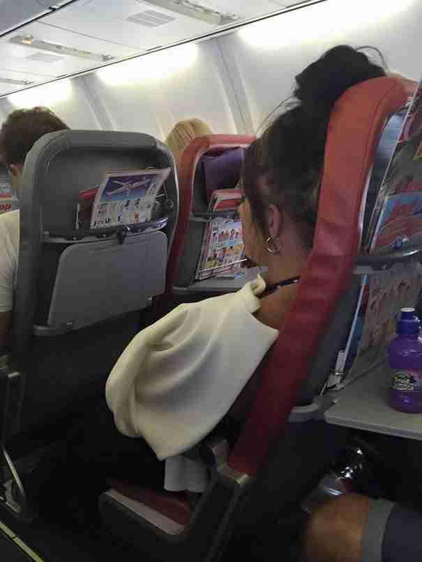 Επιβάτιδα αεροπλάνου έβρισε χυδαία κοριτσάκι με αναπηρία και τους γονείς του. Η απάντηση της μητέρας έγινε viral