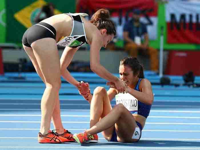 H συγκλονιστική στιγμή που δύο αθλήτριες αδιαφορούν για το μετάλλιο και βοηθούν η μία την άλλη