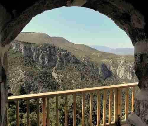 Στην Αμφίκλεια μέσα σε μια σπηλιά βρίσκεται χτισμένο ένα παμπάλαιο εκκλησάκι!