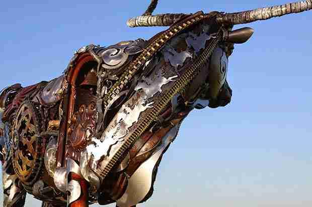 Καλλιτέχνης μετατρέπει παλιά γεωργικά εργαλεία στα πιο εντυπωσιακά γλυπτά που είδατε ποτέ!