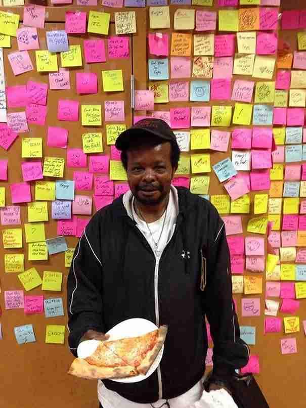 Τραπεζίτης της Wall Street παραιτήθηκε και άνοιξε πιτσαρία, επινοώντας ένα συγκινητικό τρόπο να ταΐζει άστεγους