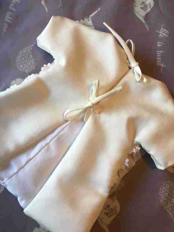 """Νύφη έφτιαξε με το νυφικό της 17 """"Φορέματα αγγέλων"""" για μωρά που έφυγαν από τη ζωή πολύ σύντομα"""