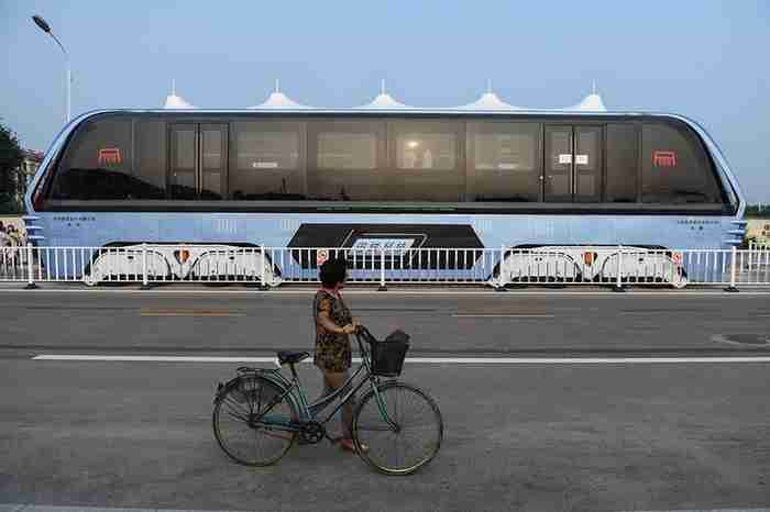 Τα νέα λεωφορεία στη Κίνα περνούν.. πάνω από το μποτιλιάρισμα!