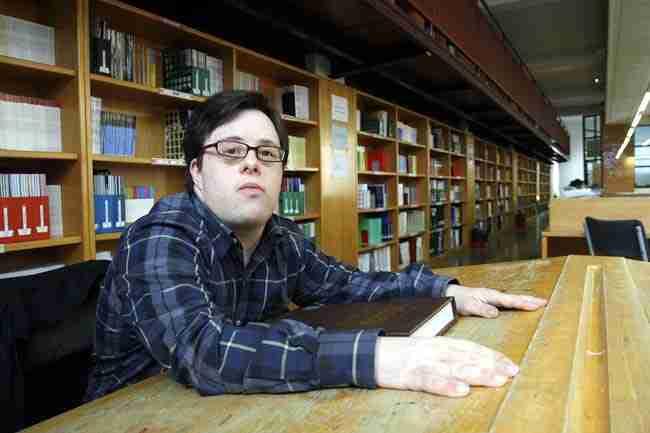 Ο πρώτος πτυχιούχος Πανεπιστημίου με σύνδρομο Down, μιλάει για την «καθυστερημένη» κοινωνία