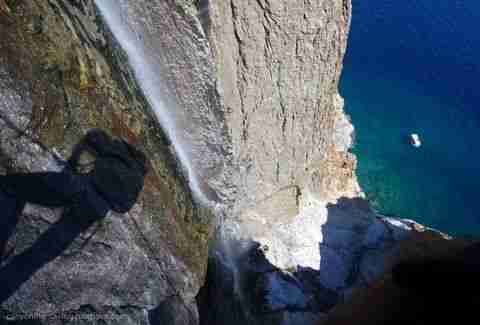 Ο ψηλότερος καταρράκτης που χύνεται σε θάλασσα στον κόσμο, βρίσκεται στην Ελλάδα!