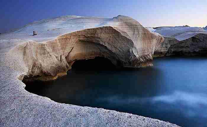 H παραλία του Αιγαίου με το σεληνιακό τοπίο που ήταν το καταφύγιο των πειρατών. Ολόλευκοι βράχοι και καταγάλανα νερά...