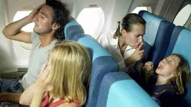Όταν το παιδί μιας εγκύου άρχισε να κλαίει στο αεροπλάνο, ένας άγνωστος άντρας έκανε κάτι απρόσμενο!