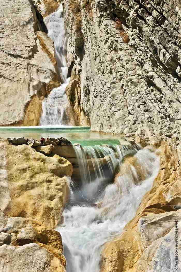 «Πηγές Βαρβάρου»: Ο κρυμμένος παράδεισος της Αιτωλοακαρνανίας με τους καταρράκτες και τα ορμητικά νερά.