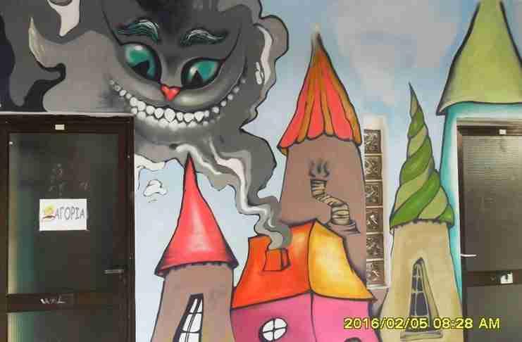 Το Δημοτικό σχολείο στα Χανιά που οι τοίχοι του είναι γεμάτοι πολύχρωμα γκράφιτι