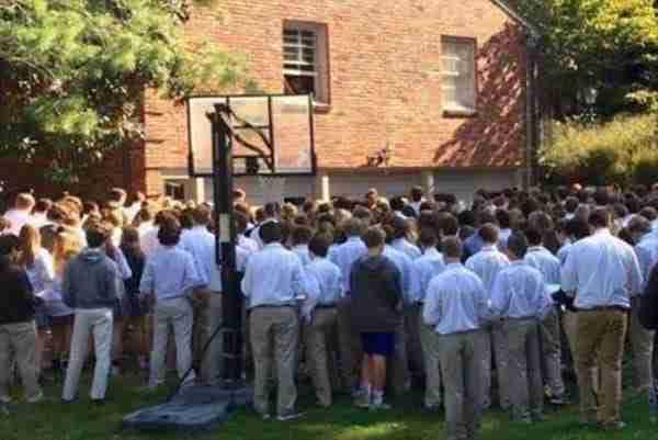 400 μαθητές συγκεντρώθηκαν έξω από το σπίτι καρκινοπαθή καθηγητή τους για να του κάνουν μια συγκινητική έκπληξη