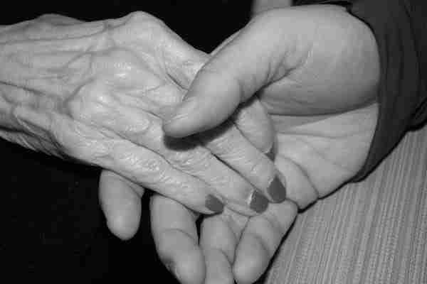 Όταν πέθανε ο σύζυγός της βρήκε κάτω από τον πάγκο ένα κρυφό μήνυμα που απευθύνονταν σε εκείνη