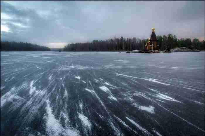 Στη μέση μιας λίμνης, σε σκηνικό που θυμίζει παραμύθι, βρίσκεται ένα εκκλησάκι που νομίζεις ότι επιπλέει