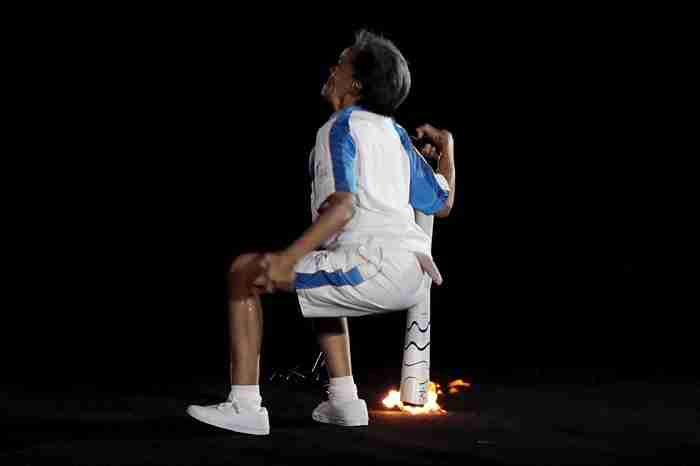 «Μην τα παρατάς ποτέ»: Ο πλανήτης υποκλίθηκε στην παραολυμπιονίκη που έπεσε ενώ κρατούσε τη φλόγα
