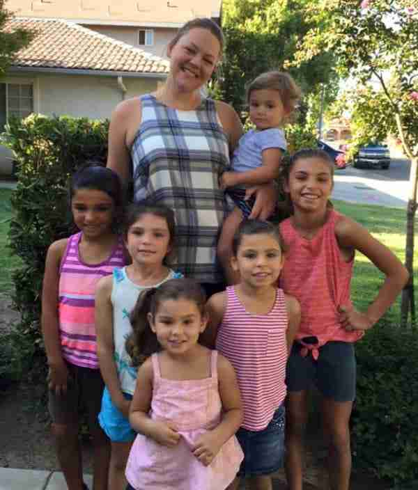 Ανύπαντρη γυναίκα υιοθέτησε 6 μικρές αδερφούλες για να μην ζήσουν ούτε μέρα η μία μακριά από την άλλη