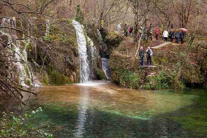 Οι επιβλητικοί καταρράκτες που οδηγούν στην Σμαραγδένια λίμνη της Ελλάδας! Ένα υπέροχο θαύμα της φύσης!