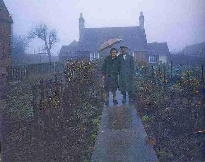 Έβγαιναν κάθε χρόνο φωτογραφία στο ίδιο σημείο μπροστά από το σπίτι τους. Προσέξτε την τελευταία