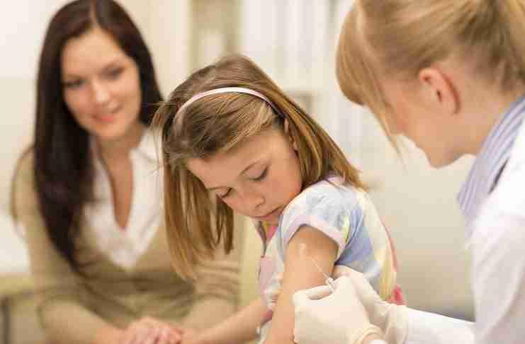 Αντώνης Δαρζέντας: Ο παιδίατρος που γκρεμίζει έξι μύθους για τα εμβόλια