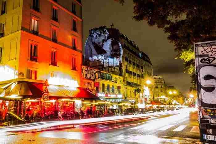 Τα κτίρια του Παρισιού γέμισαν με φωτογραφίες ζευγαριών που φιλιούνται!