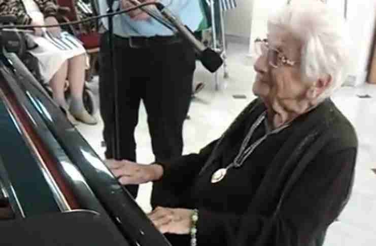 Η δασκάλα πιάνου 103 ετών από το γηροκομείο του Πειραιά που θα λατρέψετε!