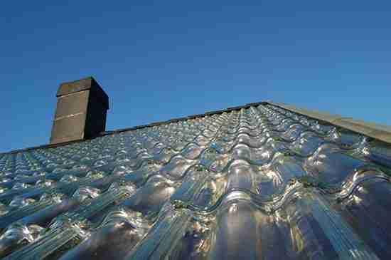 Εταιρεία κατασκεύασε γυάλινα κεραμίδια που ζεσταίνουν το σπίτι σας με ηλιακή ενέργεια