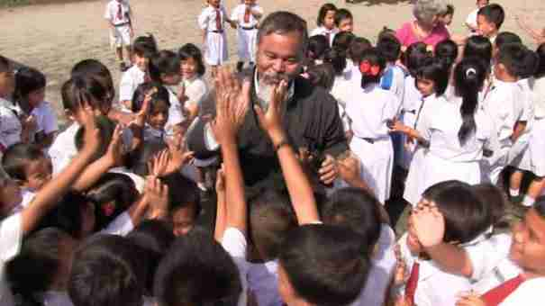 O Ινδονήσιος κληρικός που διδάσκει αρχαία ελληνικά στην Σουμάτρα