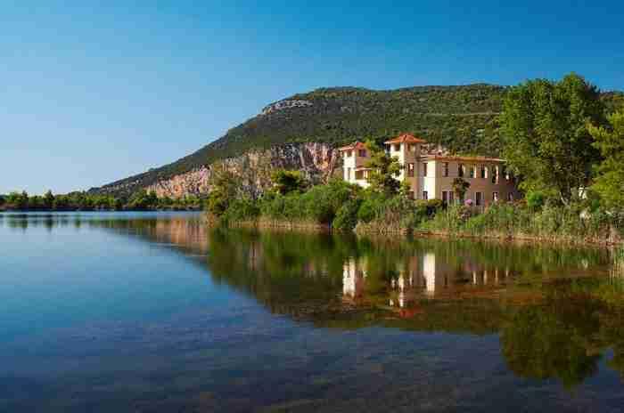 Μια λίμνη και στη μέση της ένα πανέμορφο νησάκι! Παραμυθένιο τοπίο που.. βρίσκεται στην Ελλάδα