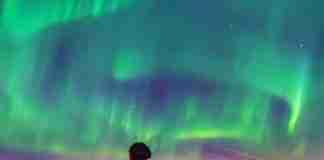 Στο Ρέικιαβικ έσβησαν όλοι τα φώτα για να απολαύσουν το μαγευτικό θέαμα του Βόρειου Σέλαος