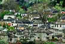 Το παραμυθένιο χωριό με φόντο την Αστράκα που κλέβει την παράσταση στο Ζαγόρι.