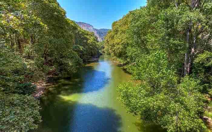 Σε ποια περιοχή της Ελλάδας βρίσκεται αυτή η καταπράσινη Κοιλάδα που θυμίζει παραμύθι;