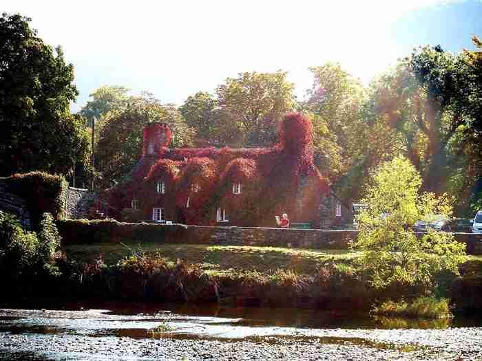 Το υπέροχο κτίριο επτά αιώνων που αλλάζει χρώμα κάθε Άνοιξη και Φθινόπωρο. Βρίσκεται στην Ουαλλία και θυμίζει παραμύθι