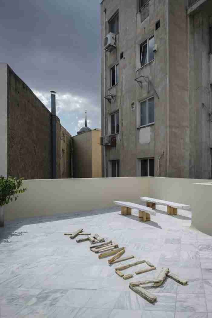 Στην καρδιά της Αθήνας, σε ένα διατηρητέο κτίριο του '30, βρίσκεται κρυμμένο ένα υπέροχο ξενοδοχείο με αίθριο