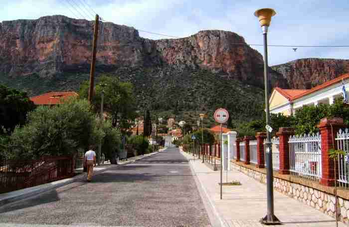 Η πανέμορφη πόλη στη σκιά του κόκκινου βράχου. Μοναδική αρχιτεκτονική και φιλόξενοι άνθρωποι