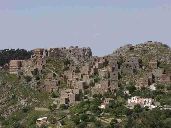 Ο Μιστράς του Αιγαίου. Το ιστορικό χωριό με τα πέτρινα σπίτια που μοιάζουν σαν να σκαρφάλωσαν στα βράχια