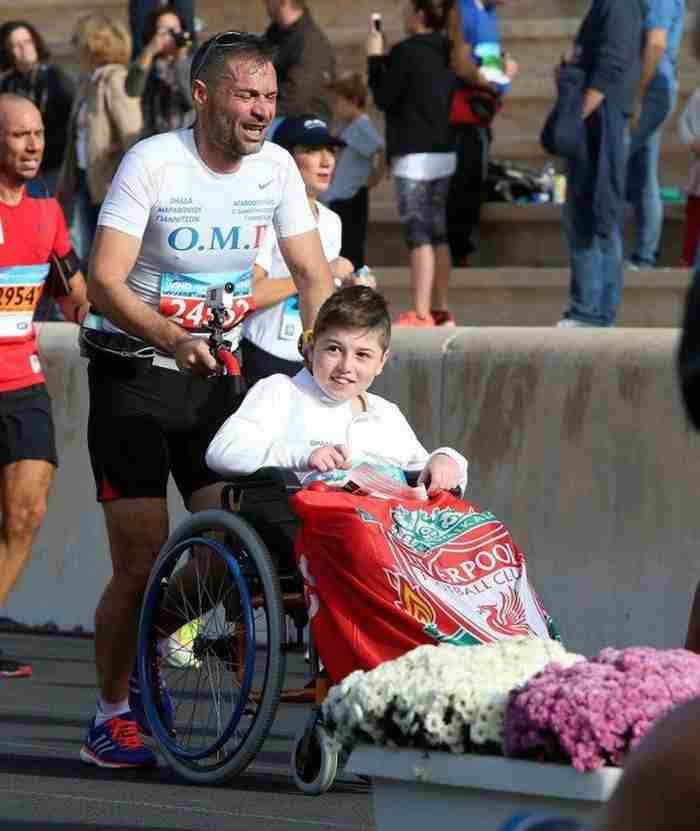 Δάσκαλος από τα Γιαννιτσά έτρεξε στον Μαραθώνιο μαζί με μαθητή του καθηλωμένο σε αναπηρικό αμαξίδιο