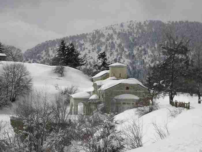 Σκηνικό Άλπεων στην καρδιά της Ελλάδας. Το υπέροχο χωριό που βρίσκεται καλά κρυμμένο μέσα στα έλατα!